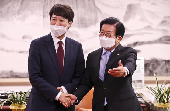 박병석 국회의장(오른쪽)이 14일 서울 여의도 국회 의장실에서 국민의힘 이준석 대표를 접견하며 기념촬영하고 있다.  연합뉴스