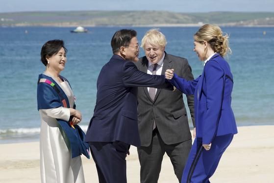 G7 정상회의 참석차 영국을 방문 중인 문재인 대통령 내외가 12일(현지시간) 영국 콘월 카비스베이 에서 열린 초청국 공식 환영식에서 영국 보리스 존슨 총리 내외와 인사하고 있다. [뉴시스]