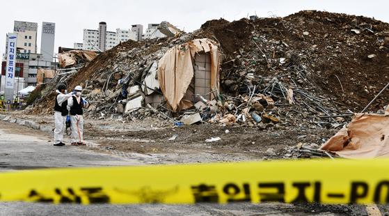 10일 오후 17명 사상자 낸 광주 재건축 건물 붕괴사고 현장에서 합동 감식이 이뤄지고 있다. 프리랜서 장정필