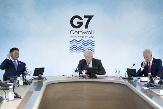 문재인 대통령이 12일 영국 콘월에서 열린 주요7개국(G7) 정상회의에 보리스 존슨 영국 총리, 조 바이든 미국 대통령과 함께 참석했다. [AP=연합뉴스]