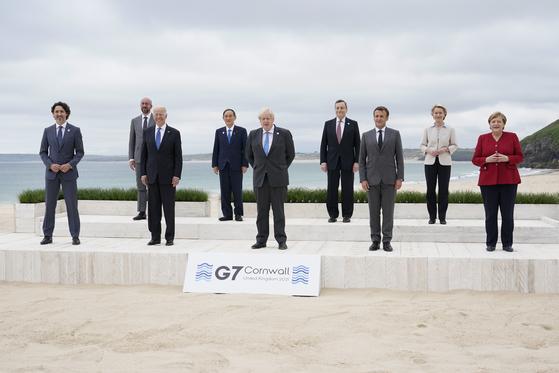 지난 11일(현지시간) 영국 콘월에서 열린 G7 정상회의에 참석한 각국 정상들이 찍은 단체사진. AP=연합뉴스