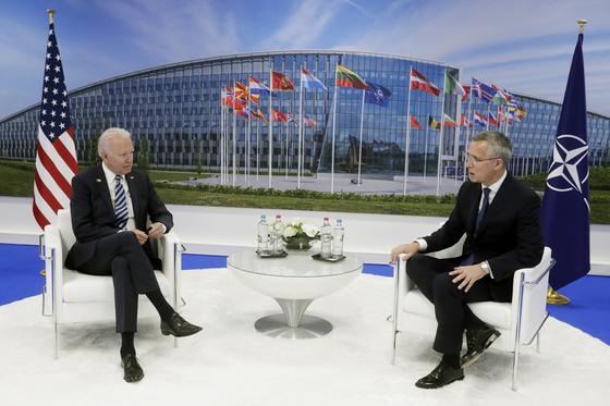조 바이든 미국 대통령(왼쪽)이 14일(현지시간) 벨기에 브뤼셀 북대서양조약기구(나토·NATO) 본부에서 나토 정상회의에 앞서 옌스 스톨텐베르그 나토 사무총장을 만나고 있다. [AP=연합뉴스]
