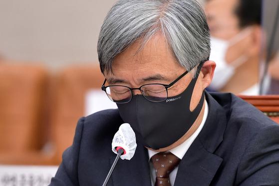 최재형 감사원장이 지난해 10월 15일 국회에서 열린 법제사법위원회의 감사원에 대한 국정감사에서 눈을 감고 생각에 잠겨있다. 오종택 기자