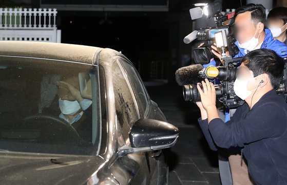 전 행정중심복합도시건설청장 A씨가 지난 4월24일 오전 서울 용산구 한남동 경찰청 국가수사본부(국수본) 중대범죄수사과에서 부동산 투기와 관련한 수사를 받고 건물을 빠져나오고 있다.  뉴스1