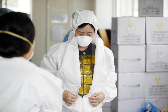 광주 북구선별진료소에서 코로나19 검사를 하는 보건소 의료진이 방호복 안에 냉조끼를 입고 있다. [사진 광주 북구]