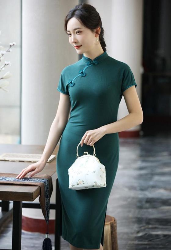 '가오카오' 둘째 날은 녹색 '치파오'를 입는다. 줄곧 푸른 신호등을 달리라는 '일로녹등(一路綠燈)'의 '녹(綠)'에서 따왔다. [중국 바이두 캡처]
