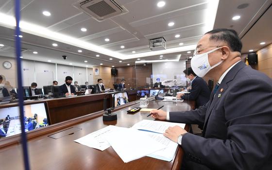 홍남기 부총리 겸 기획재정부 장관(사진 왼쪽)이 14일 정부세종청사에서 열린 기획재정부 확대간부회의를 주재하고 있다. 기획재정부 제공=뉴스1
