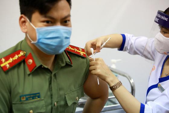 아스트라제네카 백신을 맞고 있는 베트남의 한 공무원. EPA=연합뉴스.