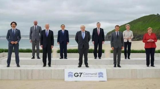 G7 정상회의가 개막한 11일(현지시간) 영국 콘월 바다를 배경으로 촬영한 기념사진. 앞줄 왼쪽부터 쥐스탱 트뤼도 캐나다 총리, 조 바이든 미국 대통령, 보리스 존슨 영국 총리, 에마뉘엘 마크롱 프랑스 대통령, 앙겔라 메르켈 독일 총리. 뒷줄 왼쪽부터 샤를 미셸 EU 정상회의 상임의장, 스가 요시히데 일본 총리, 마리오 드라기 이탈리아 총리, 우르즐라 폰데어라이엔 EU 집행위원장. [ 로이터=연합]