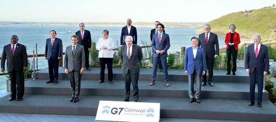 문재인 대통령이 12일(현지시간) 영국 콘월 카비스베이 양자회담장 앞에서 G7 정상회의에 참석한 정상들과 기념촬영을 하고 있다. 뉴시스
