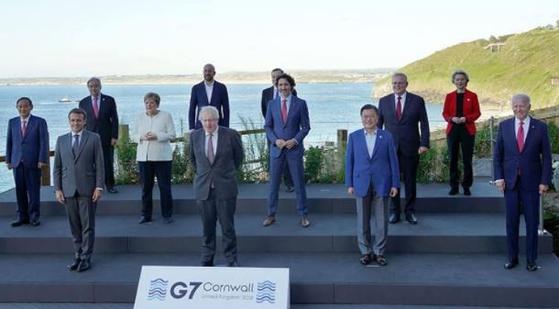 G7 정상회의에 참석한 각국 정상의 기념사진. 라마포사 남아공 대통령의 모습이 담기지 않았다. [대한민국 정부 페이스북 캡처]
