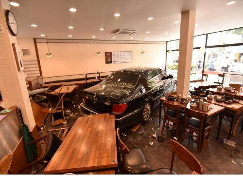 승용차가 식당으로 들이닥쳐 11명이 다치는 사고가 발생했다. 은평소방서 제공. 연합뉴스