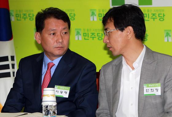 지난 2010년 민주당 광역시도지사 정책간담회에서 참석한 이광재 당시 강원도지사(왼쪽)와 안희정 충남도지사. 중앙포토