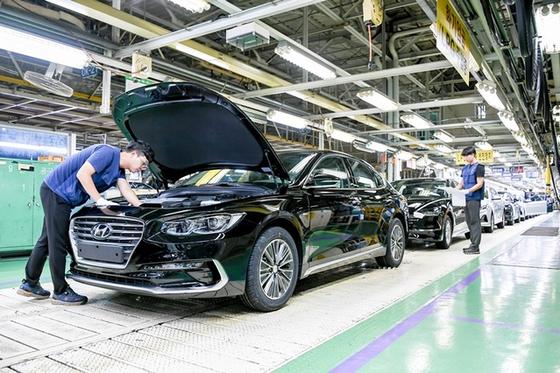 준대형 세단 '그랜저'를 양산하는 현대차 아산공장 생산라인. [사진 현대차]