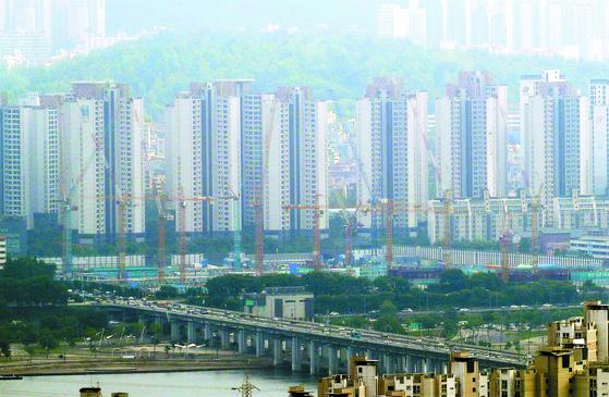 '임대차 3법'의 세 번째인 전·월세 신고제가 이달 초 시행에 들어갔다. 서울 아파트 전세 시장은 다시 불안한 모습을 보인다. 사진은 남산에서 바라본 서초구 아파트 단지의 모습. [연합뉴스]