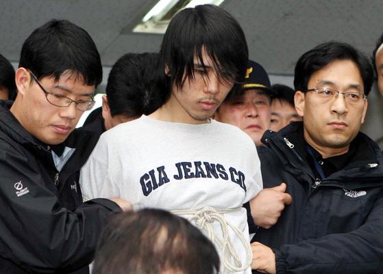 초등학생을 성폭행한 후 살해한 김길태가 2010년 3월 12일 구속실질심사를 받기 위해 부산 사상경찰서를 나서고 있다. 중앙포토