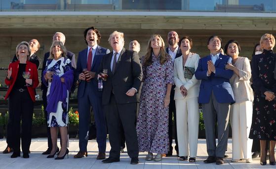 G7 정상회의 참석차 영국을 방문 중인 문재인 대통령과 부인 김정숙 여사가 12일(현지시간) 참가국 정상 및 정상 부인들과 영국 콘월 카비스베이에서 에어쇼를 관람하고 있다. 연합뉴스