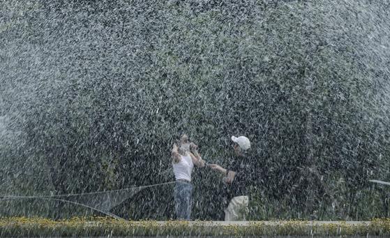 전국 대부분 지역의 낮 최고기온이 30도 안팎의 무더위를 기록한 8일 서울 강북구 북서울꿈의숲을 찾은 시민들이 분수대를 배경으로 기념촬영을 하고 있다. 김성룡 기자