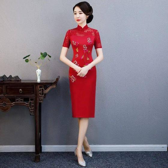 중국 수험생 엄마들은 대입 시험인 '가오카오' 첫날 붉은색 '치파오'를 입는다. 좋은 출발을 한다는 '개문홍(開門紅)'의 '홍(紅)'에 착안한 것이다. [중국 소후닷컴 캡처]