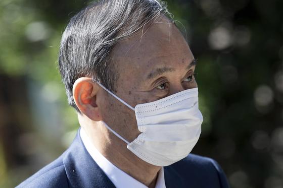 12일 영국 콘월에서 열린 G7 정상회의에 참석한 스가 요시히데 일본 총리. [AP=연합뉴스]