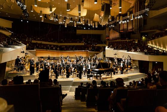 작곡가 신동훈이 아시아 출신 최초로 베를린 필하모닉 오케스트라 산하 재단이 수여하는 클라우디오 아바도 작곡상을 받았다. 연합뉴스