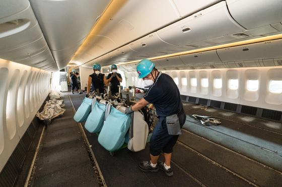 대한항공의 여객기 좌석을 뜯어내 화물기로 운영하는 화물전용 여객기. 사진 대한항공