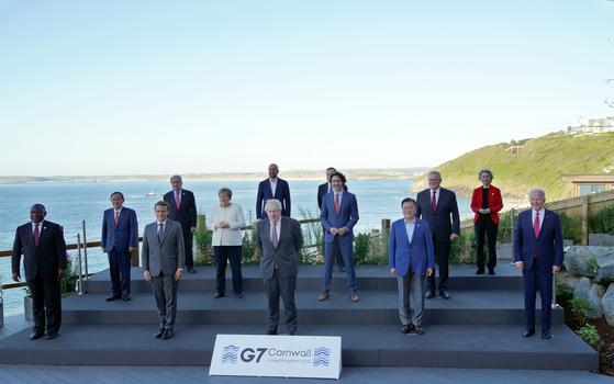 문재인 대통령이 지난 12일(현지시간) 영국 콘월 카비스베이 G7(주요 7개국) 회담장 앞에서 참가국 정상들과 기념사진을 찍고 있다. 앞줄 왼쪽부터 시릴 라마포사 남아공·에마뉘엘 마크롱 프랑스 대통령, 보리스 존슨 영국 총리, 문 대통령, 조 바이든 미국 대통령. 둘째 줄 왼쪽부터 스가 요시히데 일본·앙겔라 메르켈 독일·쥐스탱 트뤼도 캐나다·스콧 모리슨 호주 총리. [뉴시스]