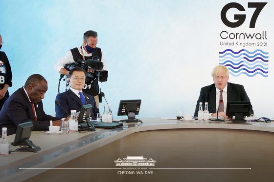 G7 정상회의 참석차 영국을 방문 중인 문재인 대통령이 13일(현지시간) 영국 콘월 카비스베이에서 열린 기후변화 및 환경' 방안을 다룰 확대회의 3세션에 참석하고 있다. 청와대 페이스북