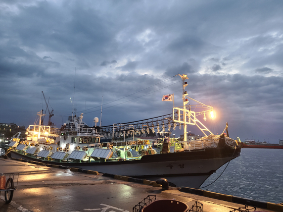 지난달 31일 오전 강원 속초시 동명동 속초항에 2박3일 간의 오징어 채낚이 조업을 마친 29t급 어선이 정박해 있는 모습. 박진호 기자