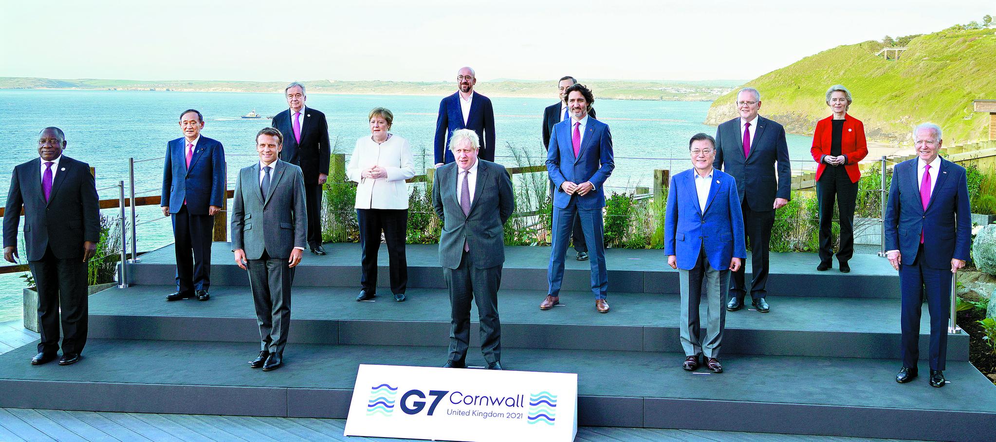 문재인 대통령이 12일(현지시간) 영국 콘월 카비스베이 G7 회담장 앞에서 참가국 정상들과 기념사진을 찍고 있다. 앞줄 왼쪽부터 시릴 라마포사 남아공·에마뉘엘 마크롱 프랑스 대통령, 보리스 존슨 영국 총리, 문 대통령, 조 바이든 미국 대통령. 둘째 줄 왼쪽부터 스가 요시히데 일본·앙겔라 메르켈 독일·쥐스탱 트뤼도 캐나다·스콧 모리슨 호주 총리. [뉴시스]