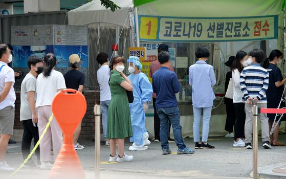 14일 대전의 한 보건소에 마련된 코로나19 선별진료소를 찾은 시민들이 검사를 받기위해 차례를 기다리고 있다. 프리랜서 김성태