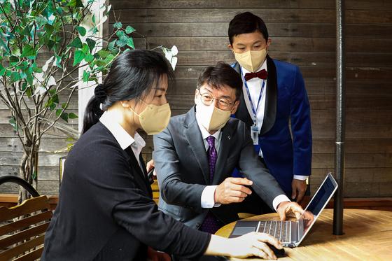 류근관 통계청장(가운데)이 방송인 조세호(오른쪽)씨와 함께 14일 경기도 부천시의 한 커피숍에서 사업주에게 '2020년 기준 경제총조사' 비대면 인터넷 조사 참여 방법을 설명하고 있다. 통계청