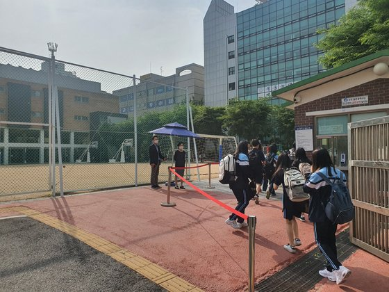 14일 서울 양천구 월촌중학교 학생들이 등교하고 있다. 남궁민 기자