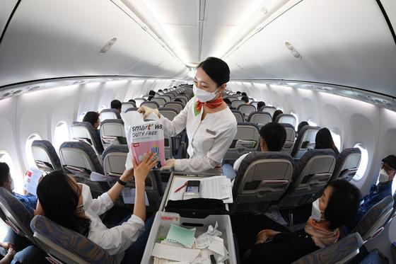 대구국제공항에서 지난달 첫 무착륙 면세쇼핑 비행을 시작한 티웨이항공. 연합뉴스
