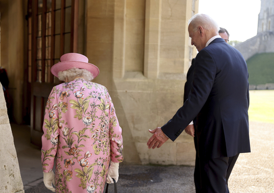엘리자베스2세 영국 여왕과 조 바이든 미국 대통령이 13일 영국 런던 인근 윈저성에서 만나 함께 성안으로 이동하고 있다. [AP=연합뉴스]