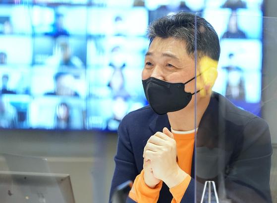 지난 2월 김범수 카카오 이사회 의장이 직원 간담회를 열고 마이크로소프트(MS) 창업자 빌 게이츠를 롤 모델로 삼고 있다고 밝혔다. 연합뉴스