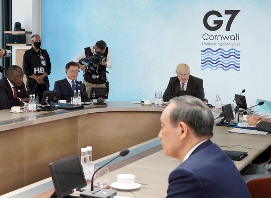 지난 13일(현지시간) 영국 콘월 카비스 베이 호텔에서 열린 G7 정상회의 확대회의 3세션에 참석한 문재인 대통령과 스가 요시히데 일본 총리. 두 정상은 G7 정상회의가 개최된 2박3일간 수차례에 걸쳐 마주쳤지만 결국 별도의 정상회담은 갖지 않았다. [연합뉴스]