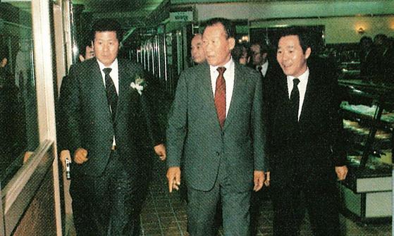현대백화점그룹이 15일 창립 50주년을 맞았다. 사진은 1985년 12월 개장 당시 현대백화점 압구정본점을 둘러보고 있는 고 정주영(가운데) 현대그룹 창업자와 정몽근(왼쪽) 현대백화점그룹 명예회장이다. [사진 현대백화점그룹]