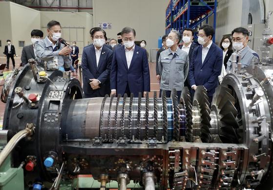 지난해 9월 두산중공업 가스터빈 부품공장을 시찰한 문재인 대통령. 청와대사진기자단