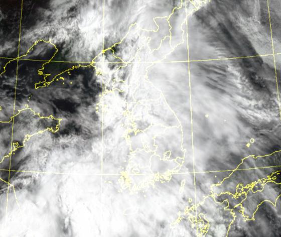 15일 전국이 비구름에 뒤덮였다. 서부지역을 중심으로 많은 비가 16일까지 이어지고, 18일까지 전국에 비가 내렸다 그쳤다를 반복할 전망이다. 자료 기상청