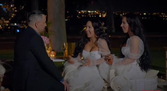 벤이 쌍둥이 자매에게 차례로 반지를 끼워주며 청혼하고 있다. [유튜브 캡처]
