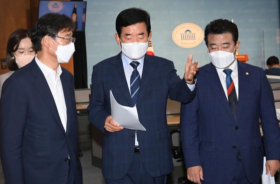 김진표 더불어민주당 부동산특위 위원장(가운데)이 10일 오전 국회 소통관에서 박정 의원(오른쪽), 유동수 의원(왼쪽) 등과 이야기를 나누며 회견을 을 나서고 있다. 오종택 기자