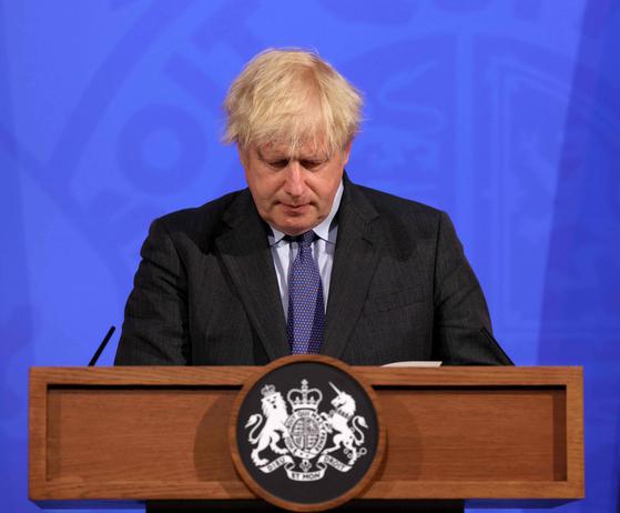 """보리스 존슨 영국 총리가 지난 14일(현지시간) 영국의 마지막 봉쇄 해제 조치 시점을 4주 연기하겠다고 밝혔다. 그는 기자회견에서 """"델타(인도발) 변이로 인한 3차 유행이 예상보다 빠르게 진행되고 있다""""고 우려했다. [AFP=연합뉴스]"""