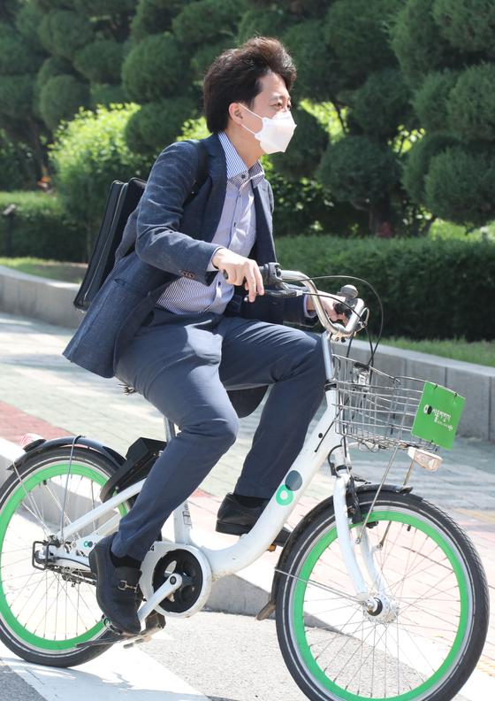 국민의힘 이준석 대표가 13일 오전 따릉이를 타고 서울 영등포구 국회의사당으로 첫 출근하고 있다. 오종택 기자