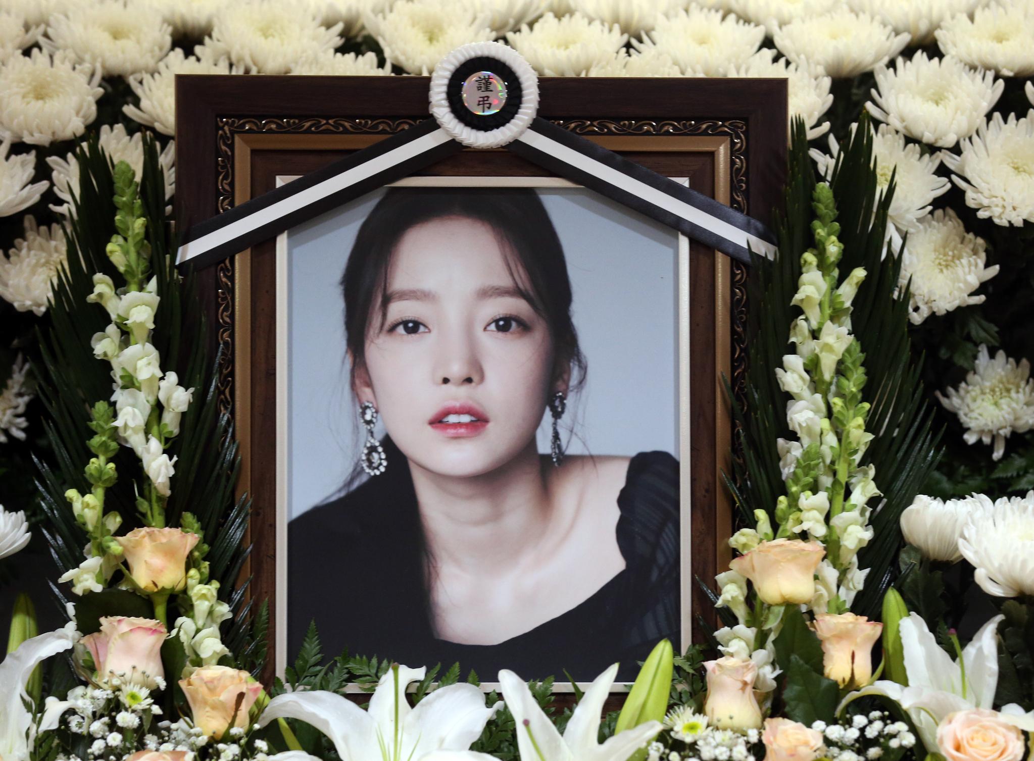 숨진 채로 발견된 가수 고(故) 구하라의 일반 빈소가 마련된 서울 강남 성모병원 장례식장에 놓인 영정. 사진공동취재단
