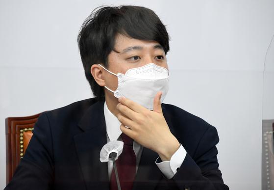 국민의힘 이준석 대표가 14일 오후 서울 여의도 국회에서 열린 첫 최고위원회의에 참석, 최고위원들의 발언을 듣고 있다. 오종택 기자