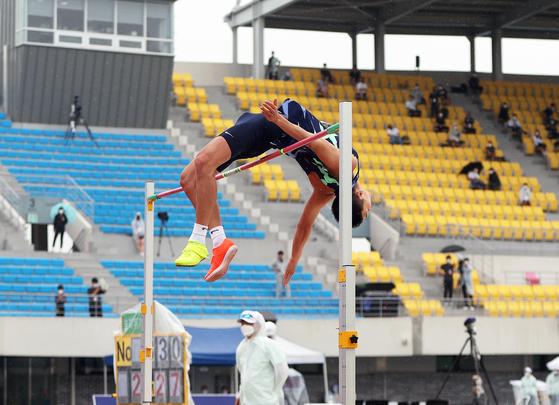 15일 종별선수권 남자 높이뛰기 정상에 오른 우상혁. [사진 대한육상연맹]