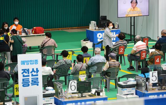 지난 14일 대전의 한 예방접종센터에서 의료진에게 화이자의 코로나19 백신을 접종 받은 시민들이 이상반응 관찰을 위해 휴식하고 있다. 프리랜서 김성태