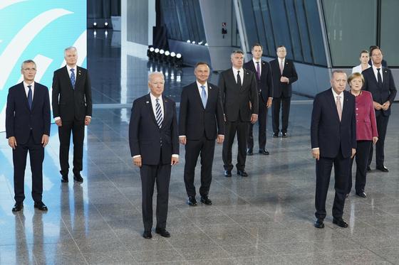 조 바이든 미국 대통령을 비롯한 북대서양조약기구(나토·NATO) 회원국 정상들이 14일(현지시간) 벨기에 브뤼셀 나토 본부에서 나토 정상회의에 앞서 사진 촬영을 하고 있다. [AP=연합뉴스]
