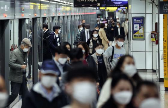 서울지하철 5호선 광화문역에서 마스크를 착용한 시민들이 이동하고 있다. 연합뉴스
